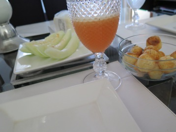 A może pão de queijo, melon i sok z wyciskanych owoców (pomarańcz, truskawki i arbuz) / Or pão de queijo, melon juice and squeezed fruits (oranges, strawberries and watermelon)