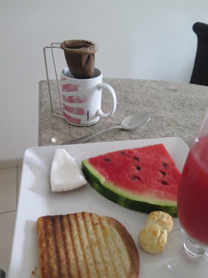 Kawałek kokosa, arbuza i pão de queijo oraz sandwich z serem i kawa po amerykańsku! :D / A piece of coconut, watermelon and pão de queijo and sandwich with cheese and American coffee! : D
