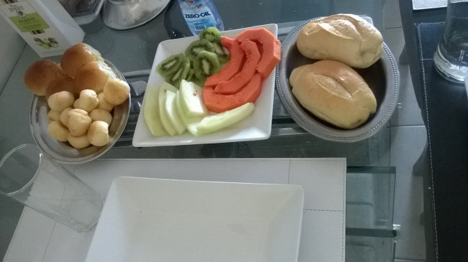 No to już konkretnie. Papaja, melon, kiwi, pão de queijo i bułeczki z serem Minas Gerais - regionalny ser! / Well, that's exactly. Papaya, melon, kiwi, pão de queijo and rolls with cheese Minas Gerais - regional cheese!